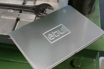 Schöne Logoprägung auf Blechdose